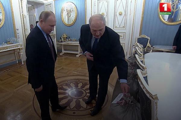 Лукашенко подарил Путину на Новый год сало и несколько сортов картофеля