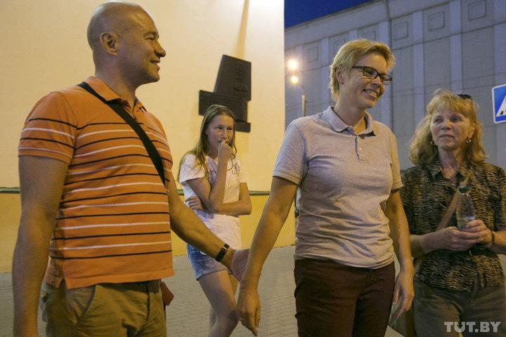 Марина Золотова (в центре) выходит из здания СК. Фото: Дарья БУРЯКИНА, TUT.BY