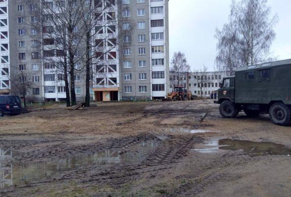 «Не дворы, а сплошное  месиво!» Жители улицы Парковой в Барановичах жалуются на утопающие в грязи дворы