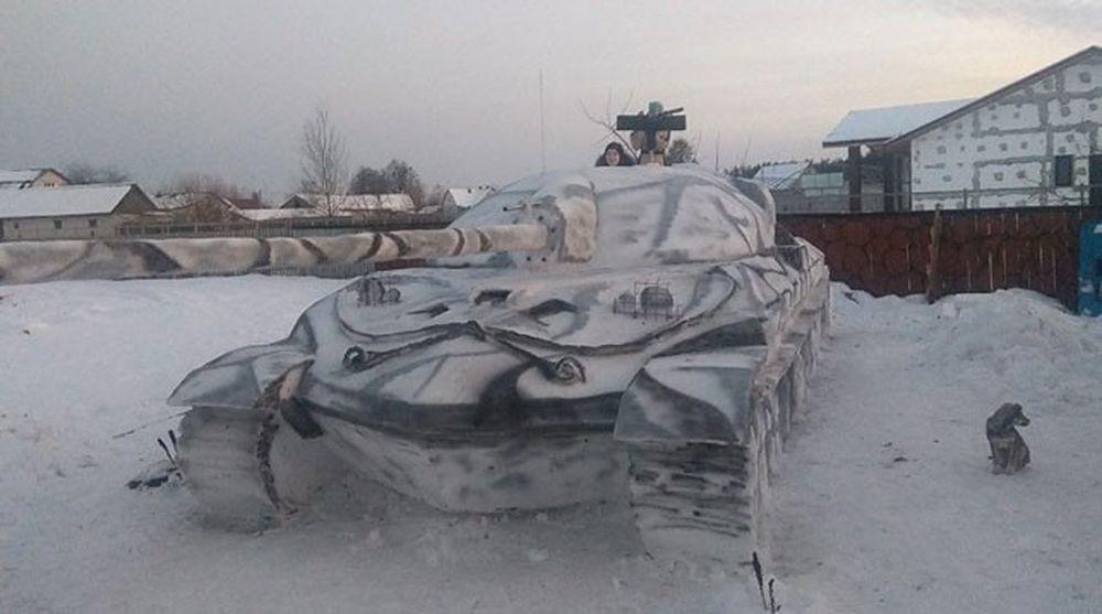 Семья из Октябрьского слепила из снега танк в натуральную величину (фотофакт)