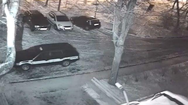 Милиционеры задержали хулигана, порезавшего в Бобруйске колеса на 11 машинах (видео)