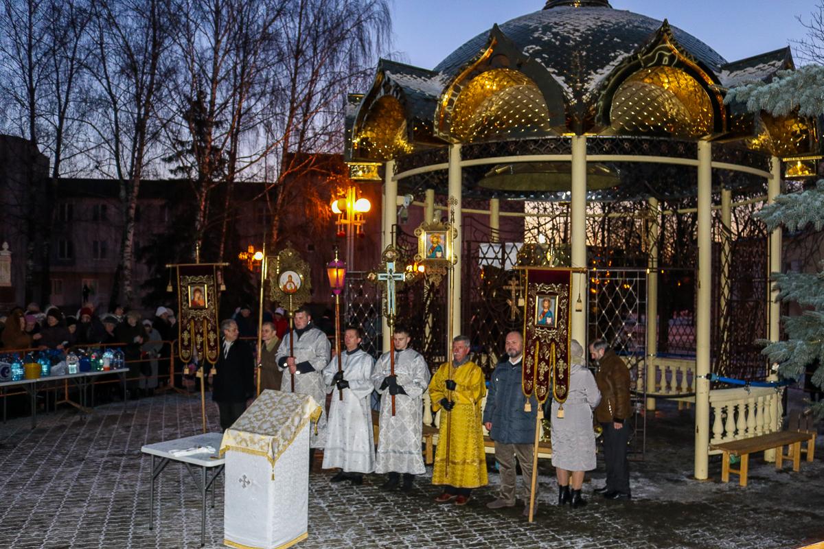 Освящение купели с водой около храма Жен-Мироносиц.