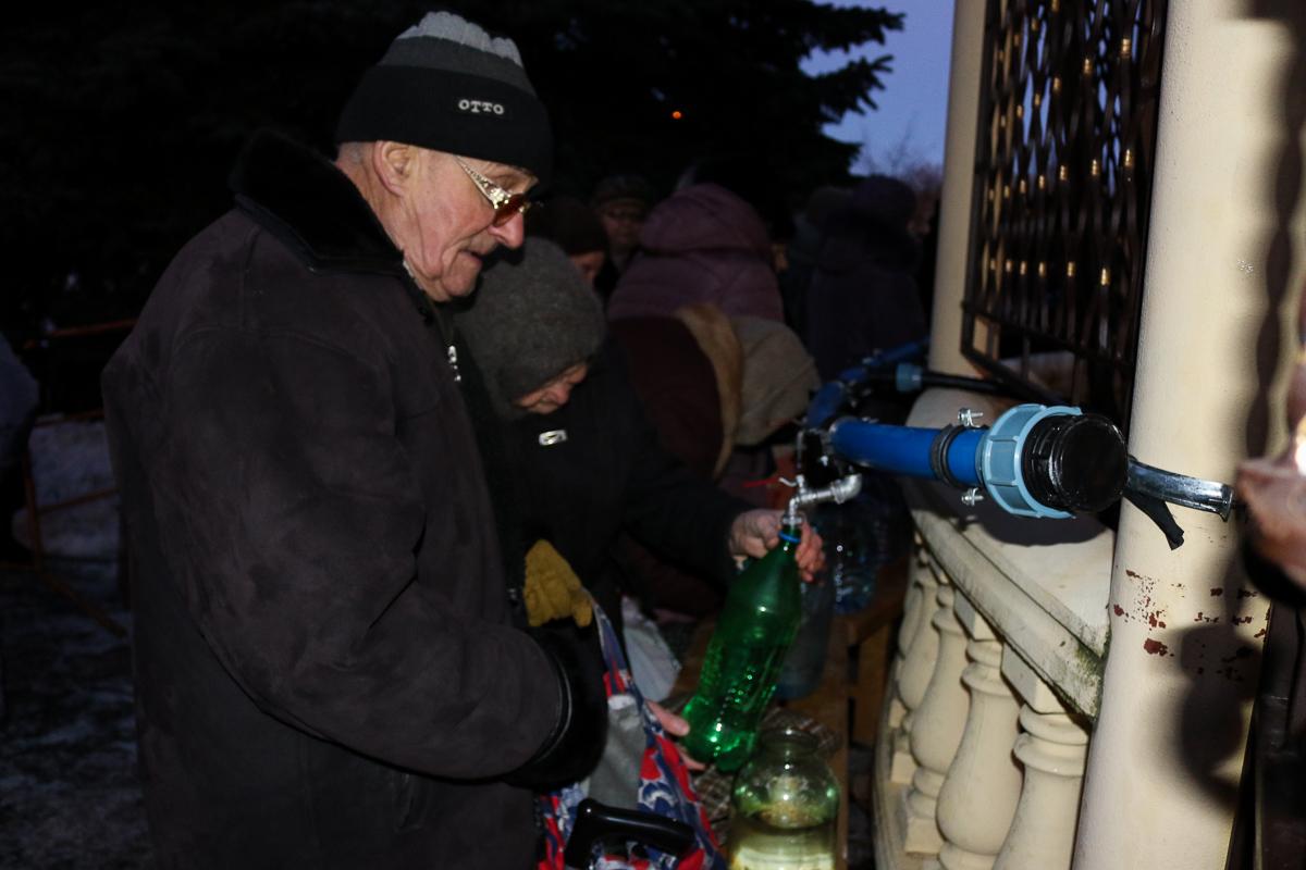 Горожане набирают воду в праздничный день 19 января.