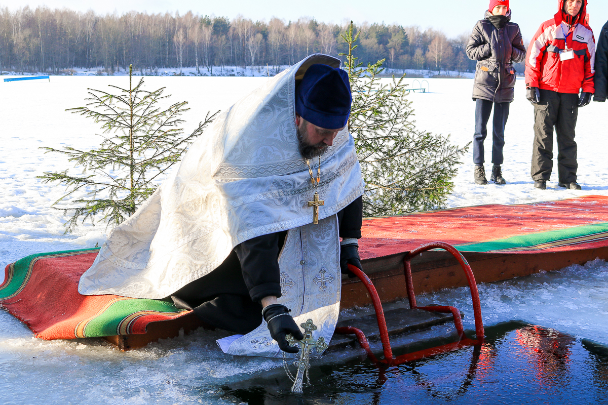 Протоиерей Анатолий Пашкевич освящает воду на водохранилище Мышанка.