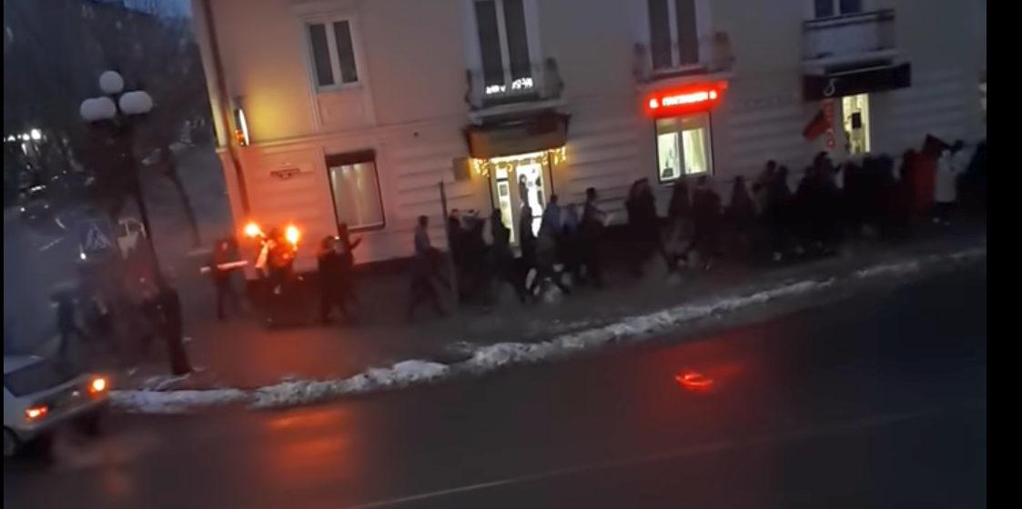 Колонна фанатов ХК «Барановичи» с факелам, барабанами и речевками прошла по улицам города (видеофакт)