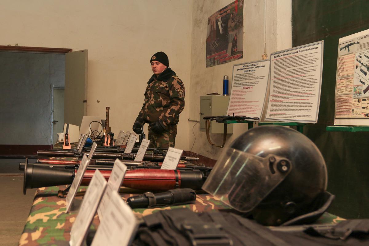 Старший лейтенант Константин Григорцевич проводит занятия по безопасности при обращении с оружием, боеприпасами, специальными и имитационными средствами. Фото: Александр ЧЕРНЫЙ