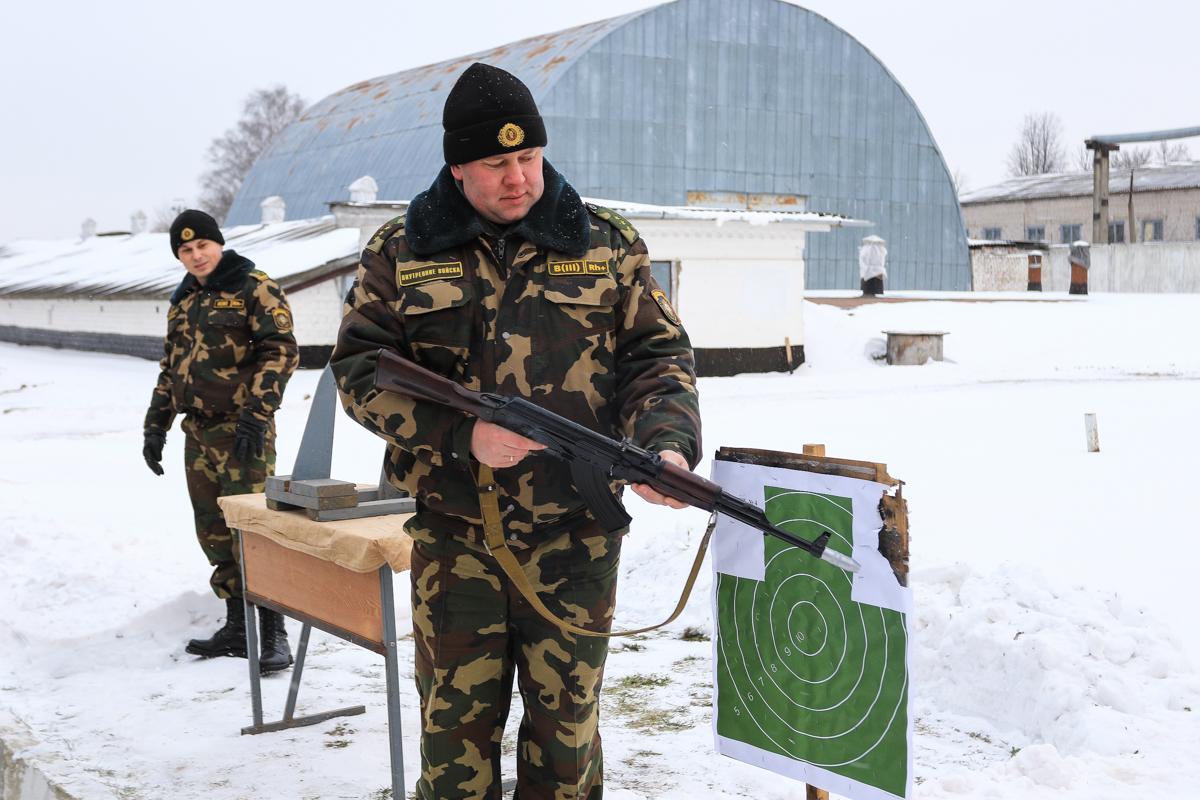 Показательное занятие по требованиям безопасности при обращении с оружием. Фото: Александр ЧЕРНЫЙ