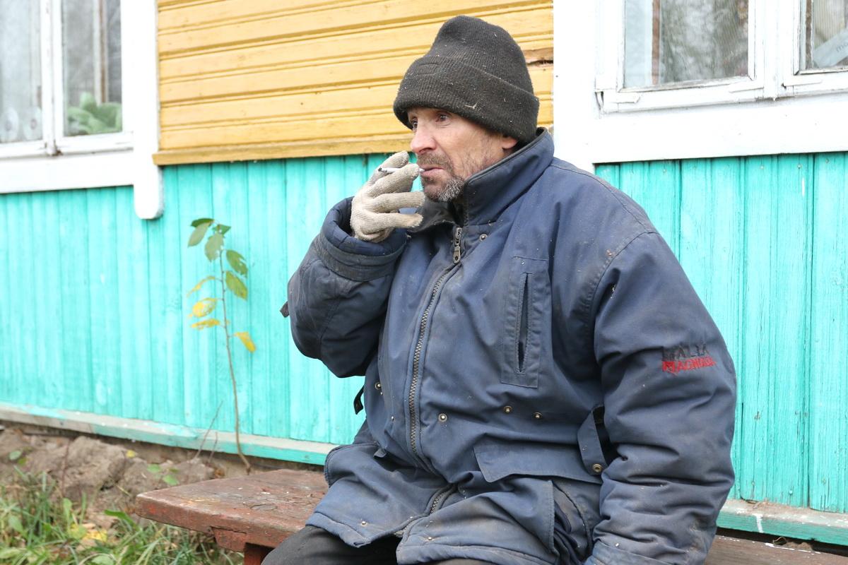 Ноябрь 2018 года. Михаил Петров живет в деревне Зубелевичи. Он  одна из жертв «серых» риелторов.  Фото: Александр ЧЕРНЫЙ
