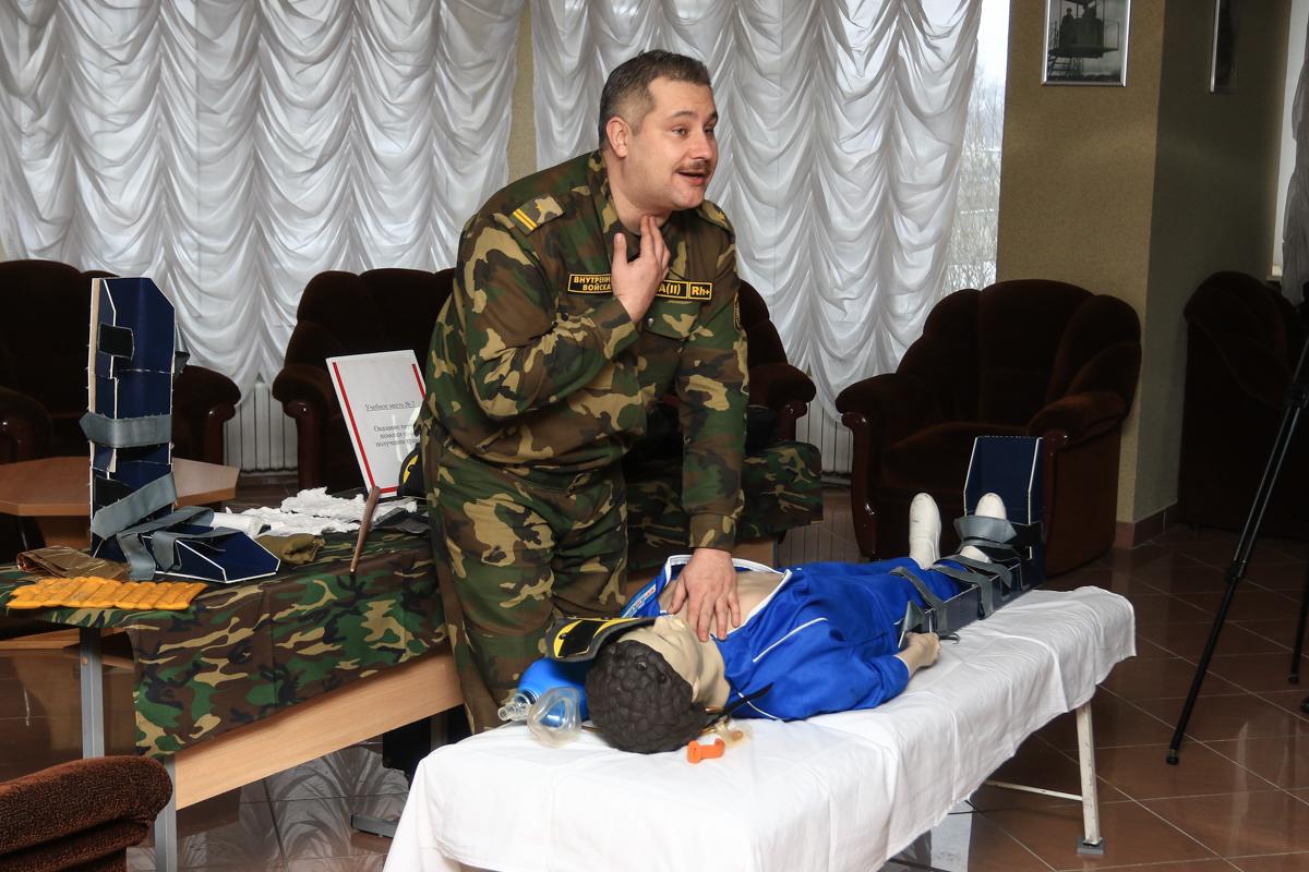 Майор Олег Кузьменко объясняет военнослужащим, как оказывать первую медицинскую помощь при получении травм. Фото: Александр ЧЕРНЫЙ