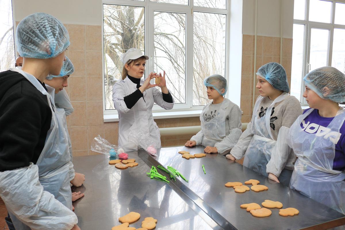 Ольга Нестер, руководитель школы выпечки колледжа, рассказывает ребятам об этапах приготовления пряника. Фото: Александр ЧЕРНЫЙ