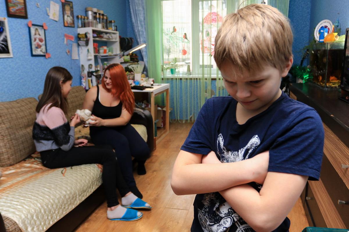 Даниил, сын Светланы Бут-Гусаим, ревнует маму к сестре: ему кажется, что сестре уделяют больше внимания.  Фото: Александр ЧЕРНЫЙ