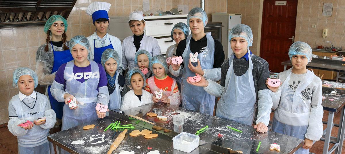 Учащиеся Барановичского технологического колледжа научили детей из приюта готовить новогодние пряники