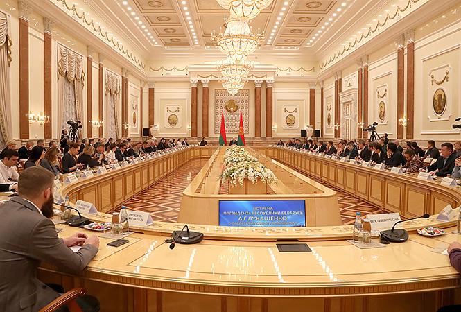 Российские журналисты: На встрече с Лукашенко посинели от холода, его водка не впечатлила