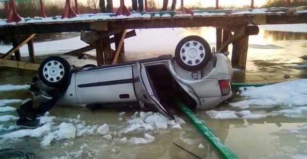Под Житковичами автомобилистка решила протестировать новый деревянный мост и свалилась в реку