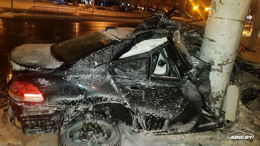 Во время гонок по ночному Минску BMW врезался в столб. Водителя увезла скорая