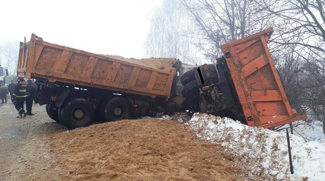 Два грузовика лоб в лоб столкнулись в Рогачевском районе – водители в больнице (видео)