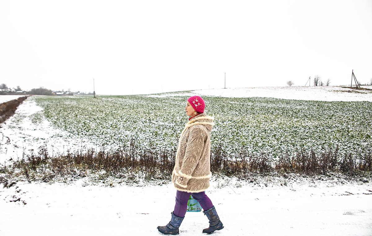Летом Олеся добирается к подопечным на велосипеде, а зимой – пешком или на попутках. Фото: Евгений ТИХАНОВИЧ