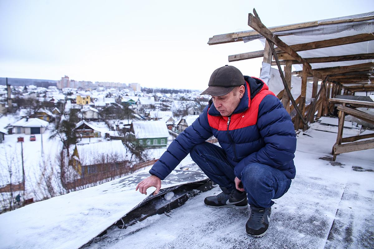 Сергей Березин уверен, что крыша протекает из-за неправильно положенной укладки кровельных материалов. Фото: Евгений ТИХАНОВИЧ