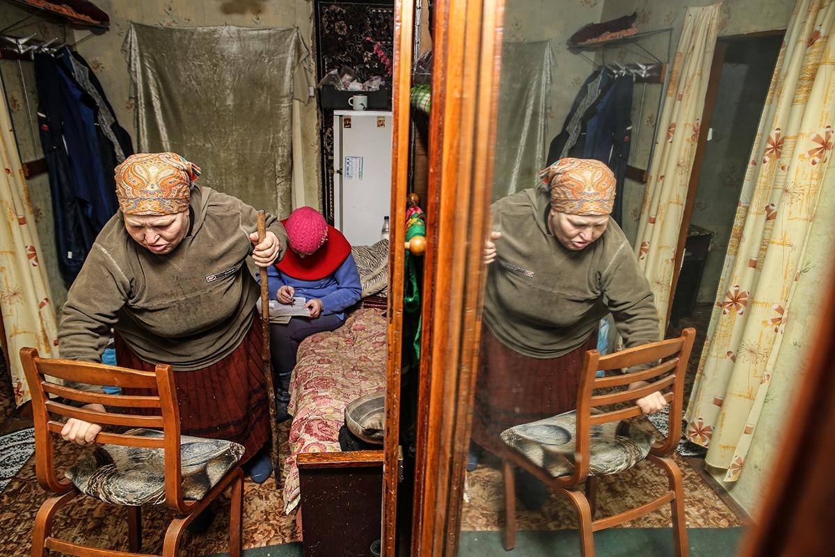 Олеся в доме у Зинаиды Ивановны. Фото: Евгений ТИХАНОВИЧ