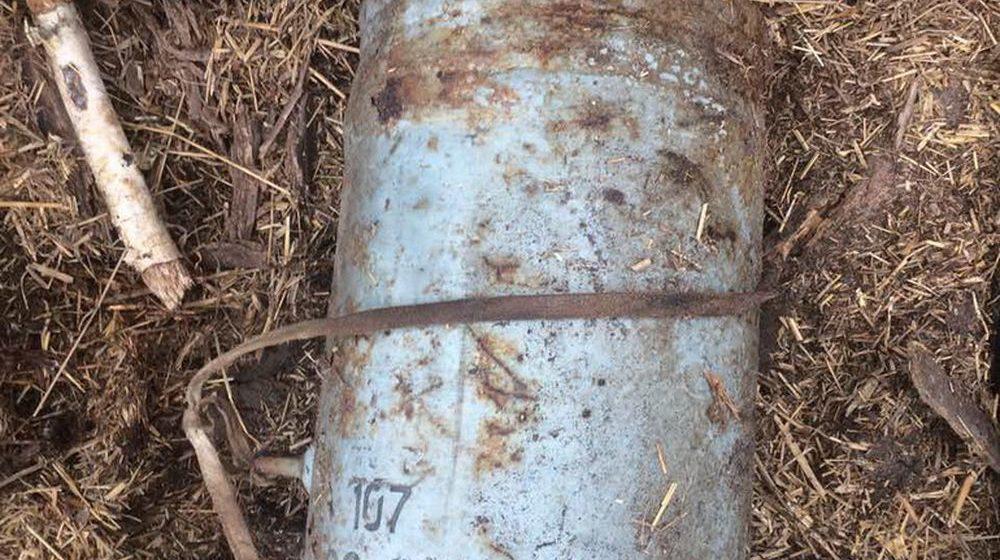Женщина обнаружила в стоге сена на своем подворье 100-килограммовую авиационную бомбу, которую несколько лет назад спрятал покойный муж