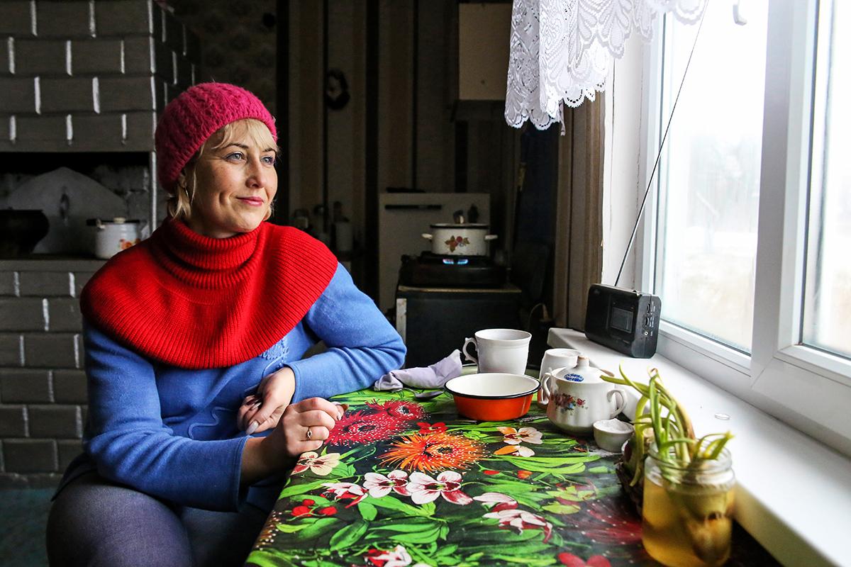 Олеся Кумеда подстригает ногти 71-летней Зинаиде Ивановне. Свою подопечную соцработник навещает три раза в неделю и помогает ей по хозяйству. Фото: Евгений ТИХАНОВИЧ