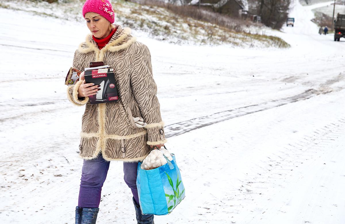 В магазине Олеся отоваривается сразу для нескольких подопечных. Одна сумка весит около 10 кг. Фото: Евгений ТИХАНОВИЧ