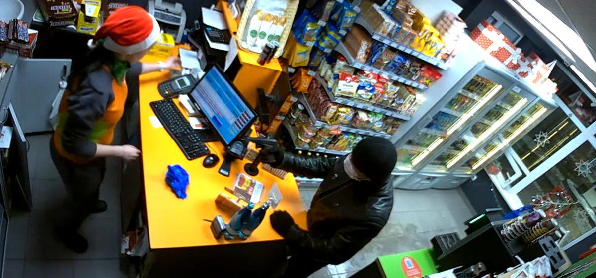 Неизвестный, угрожая пистолетом, ограбил АЗС в Минске (видео)