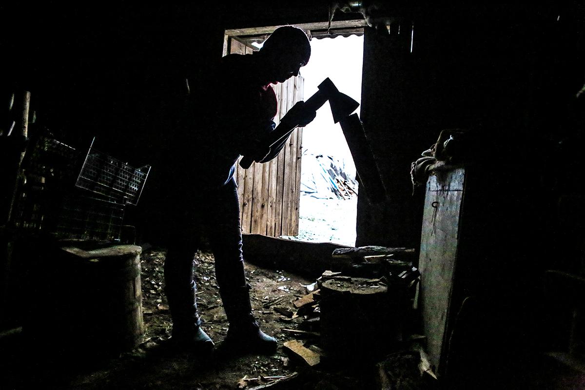 Олесе самой нужно наколоть дрова, чтобы протопить печь в доме. Фото: Евгений ТИХАНОВИЧ