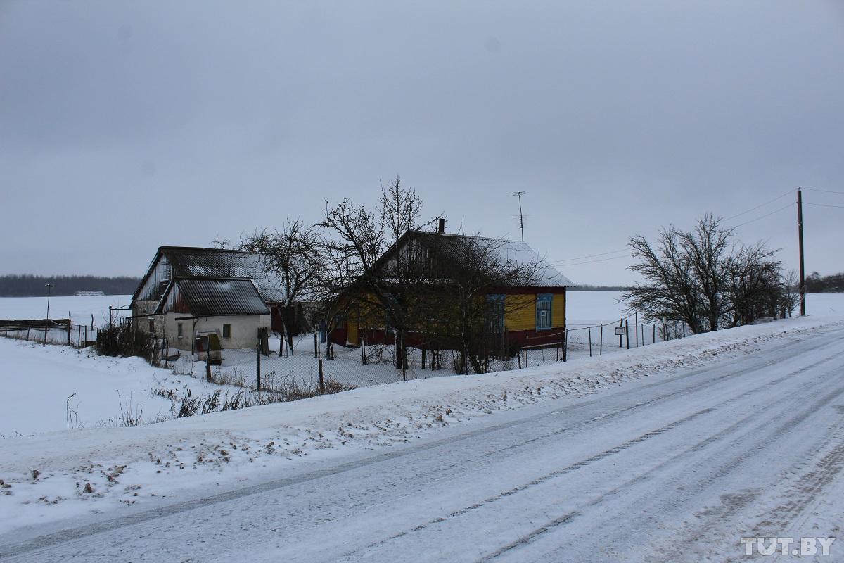 Со стороны дом Николая Михайловича кажется совсем одиноким. Фото: Сергей СОЛОНКЕВИЧ