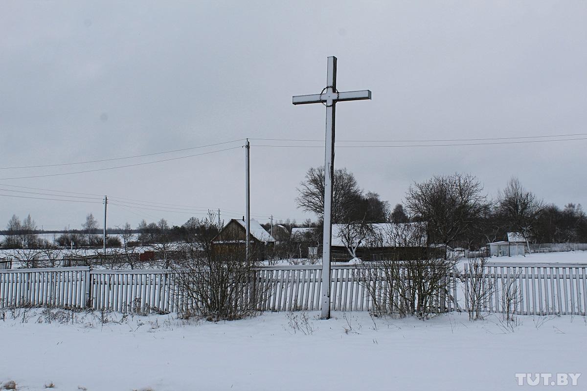 Крест на одном из въездов в деревню. Фото: Сергей СОЛОНКЕВИЧ