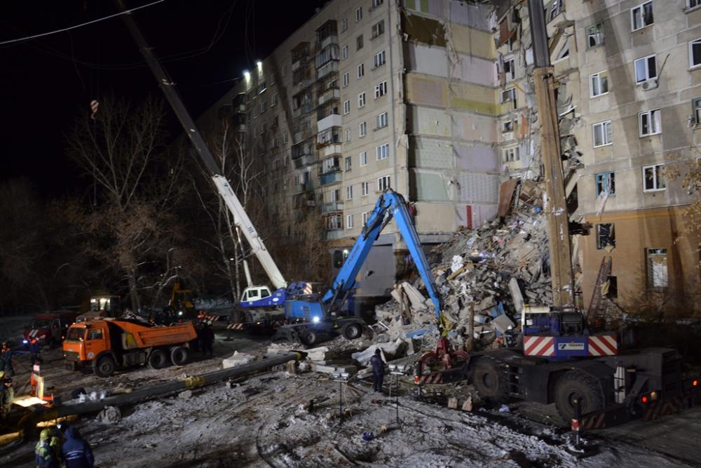 Спасатели работают круглосуточно. Вчера работы вынуждены были приостановить из-за риска нового обрушения. Фото: МЧС России