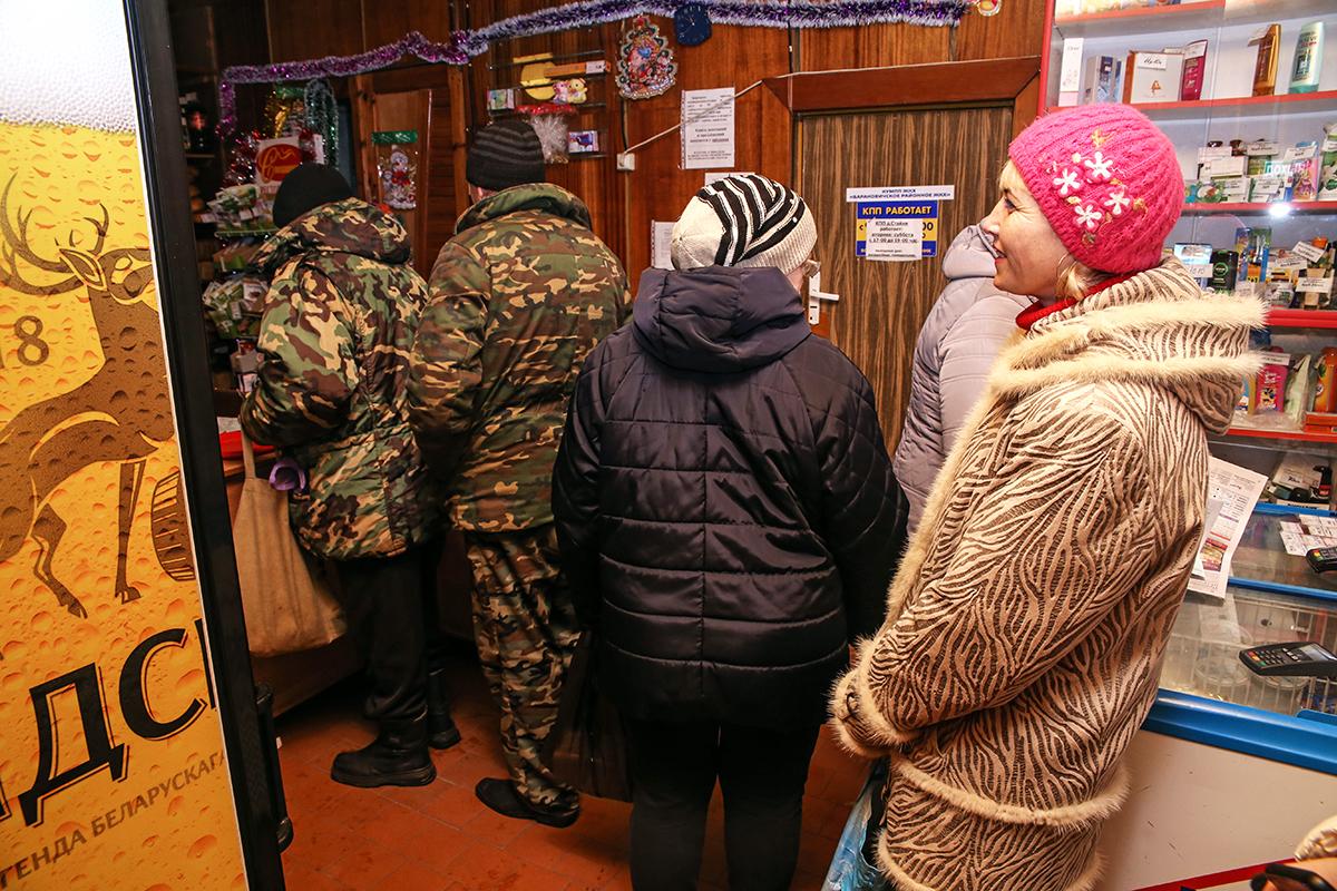 В местном магазине Олесю знают, поэтому часто пропускают вне очереди. Фото: Евгений ТИХАНОВИЧ