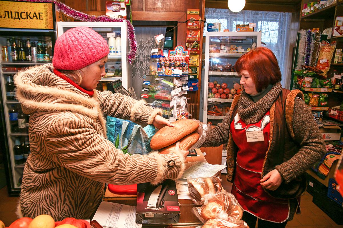 Стандартный набор покупок Олеси для подопечных – хлеб, батон, молоко и сладости. Фото: Евгений ТИХАНОВИЧ