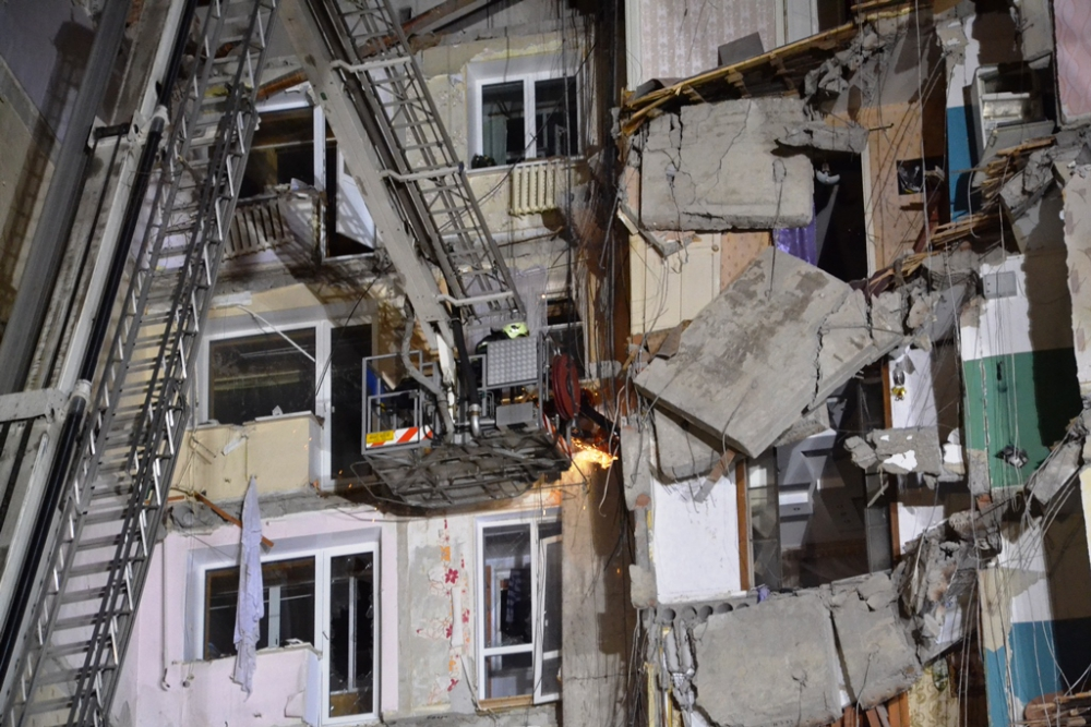 Работы по разбору завалов и поиску людей выполняются в четыре смены, по два часа. Фото: МЧС России