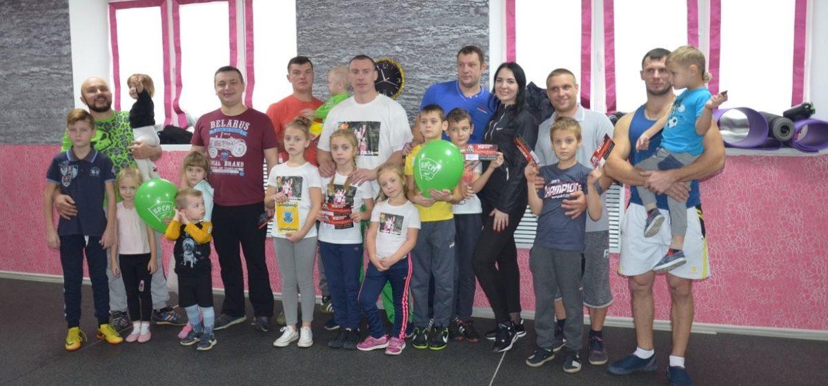 Отцы с детьми могут бесплатно позаниматься в барановичском фитнес-клубе