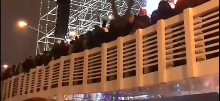 Видеофакт. Во время праздничных гуляний в Москве обрушился мост с людьми