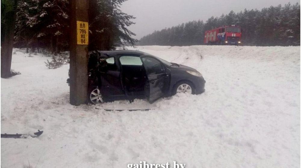 Пежо вылетел в кювет и врезался в опору ЛЭП в Барановичском районе — пострадали водитель и пассажир