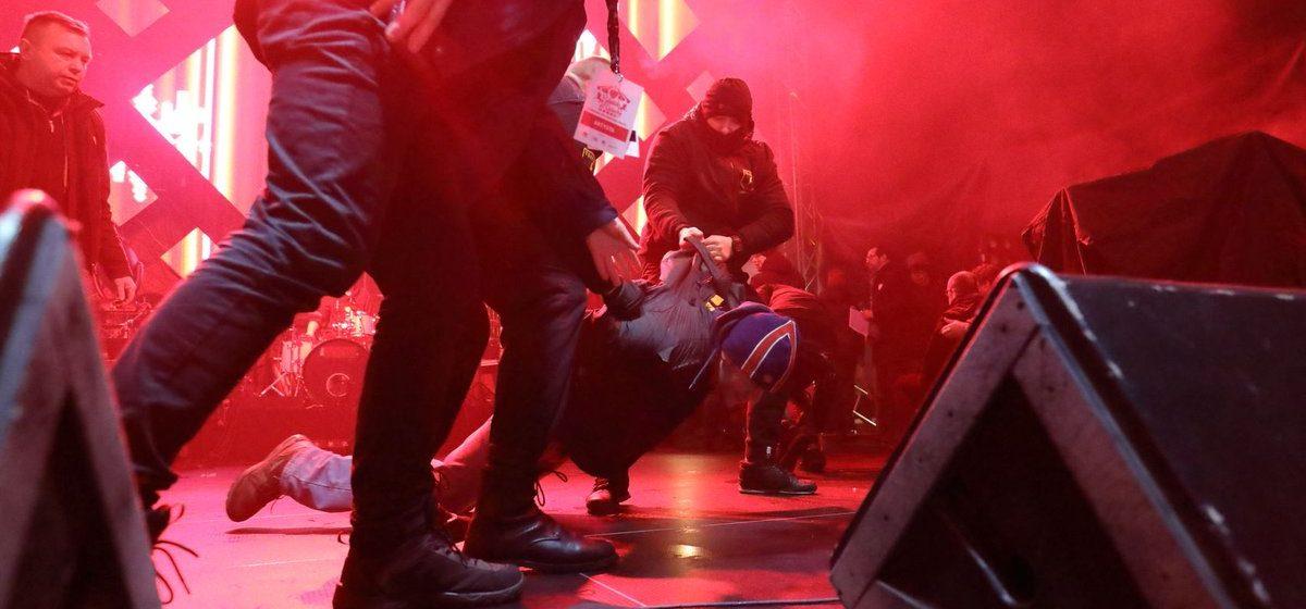 Мэра Гданьска несколько раз ударили ножом во время благотворительного концерта (видео)