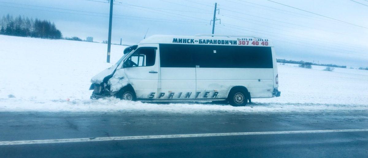 Маршрутка «Минск-Барановичи» столкнулась с легковушкой на трассе М1 (фотофакт)