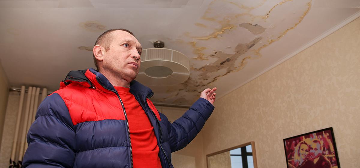 «Вода лилась даже из люстры». Квартиры жильцов пятиэтажки затапливает уже четыре месяца из-за затянувшегося ремонта крыши (видео)