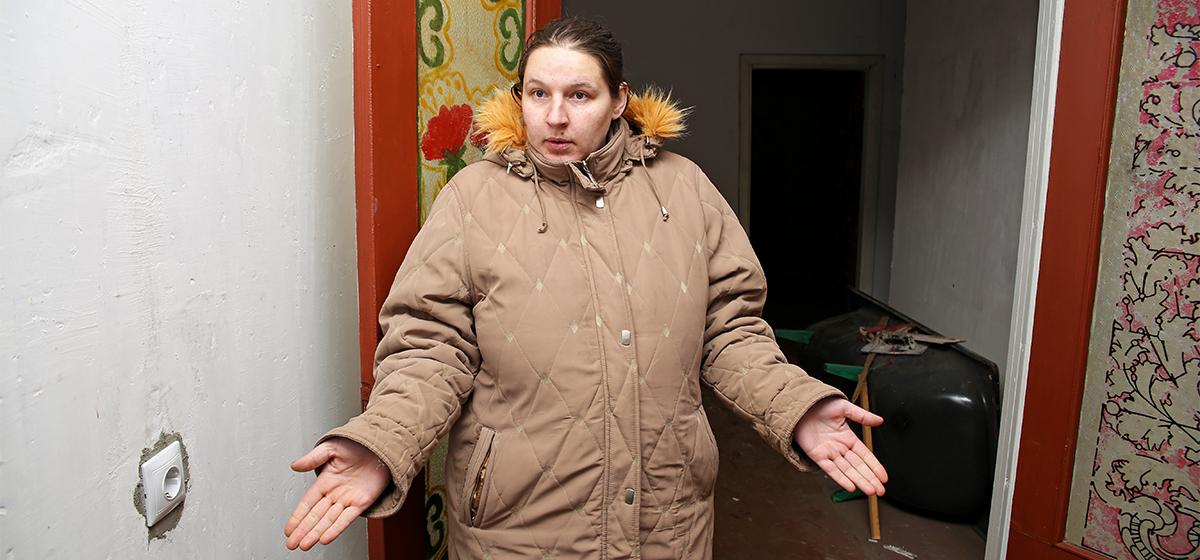 Семья год не может вселиться в арендную квартиру в Барановичском районе. «Боюсь, детей заберут, если в такое жилье переедем»