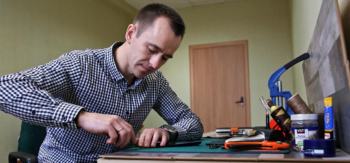 Мой бизнес. Житель Барановичей рассказал, как стал зарабатывать на пошиве кожаных кошельков. «Огромных денег нет, но бросать не собираюсь»