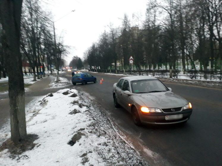 На выезде со двора дома столкнулись два автомобиля в Барановичах (фотофакт)