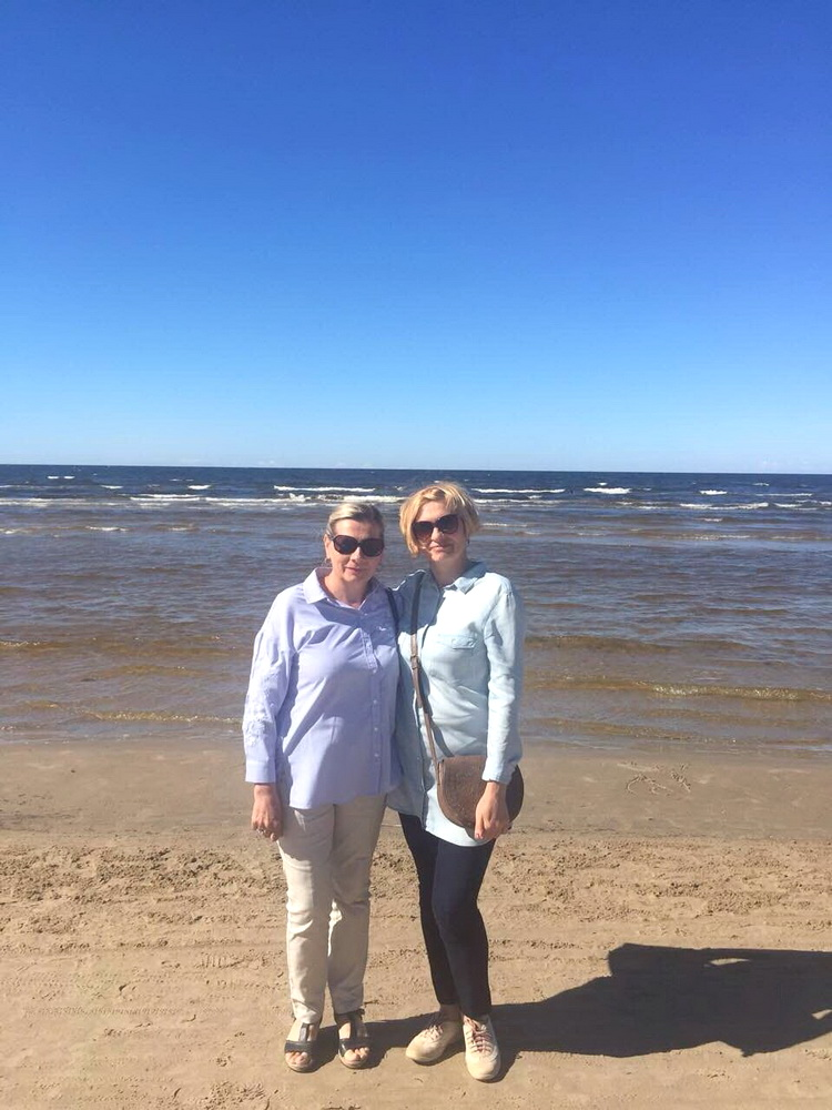 Алла Григорьева с сестрой Ириной на Балтийском море.