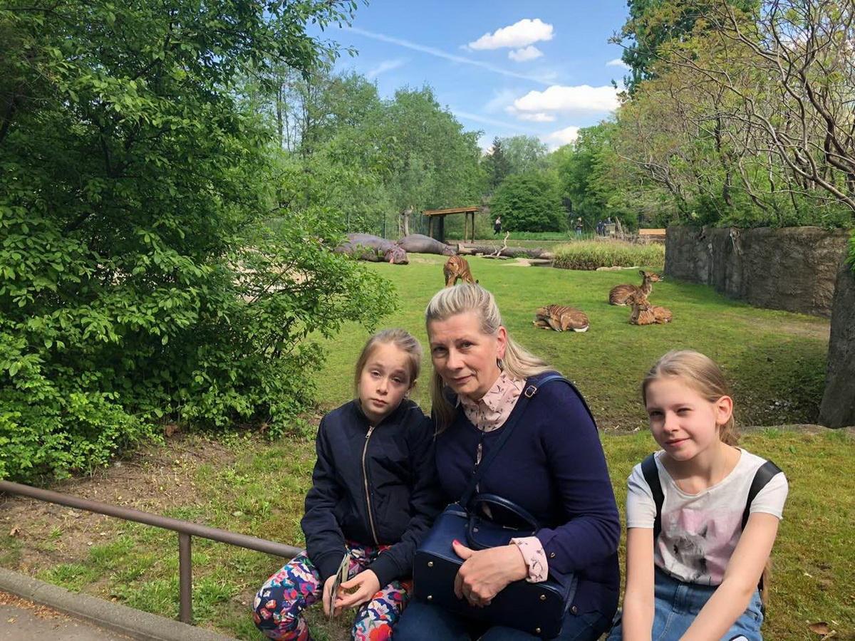 Алла Григорьева с внучками в берлинском зоопарке.