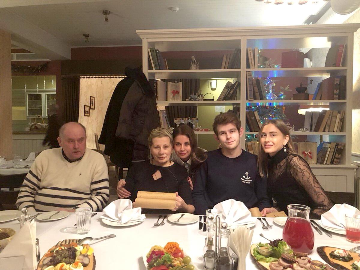 Алла Григорьева с мужем, дочерьми и внуком.