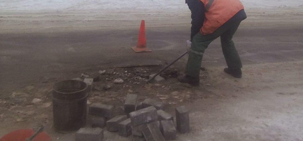 «В мороз вырезают асфальт и укладывают плитку». Житель Барановичей возмутился работой ремонтников