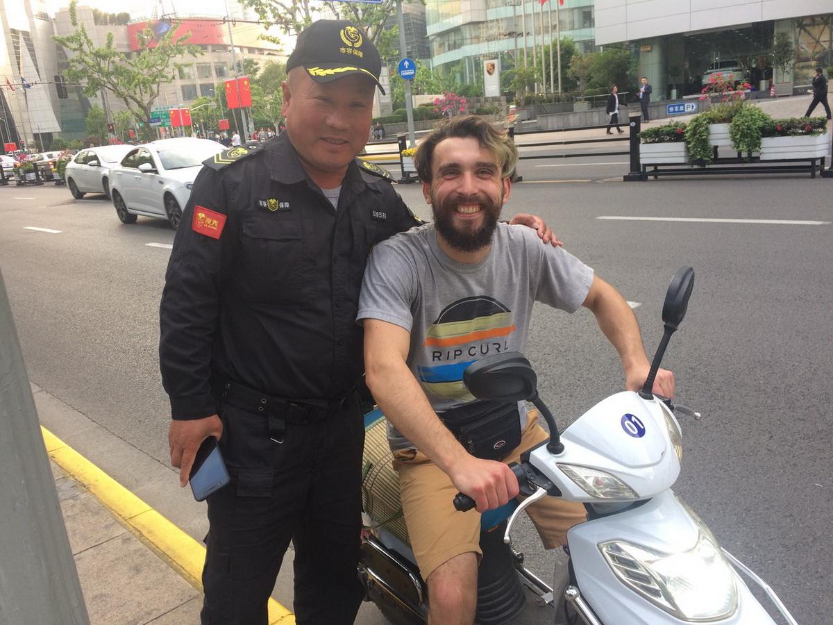 Юрий Дрозд с китайским полицейским.  Фото: личный архив