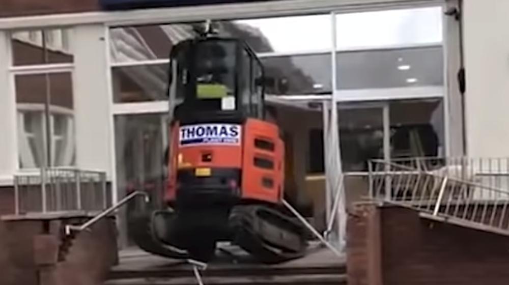 В Великобритании строителю не доплатили за работу, в ответ он на экскаваторе разнес отель, который строил (видео)