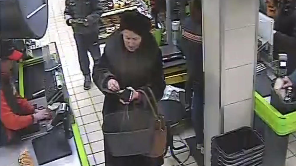 Барановичская милиция разыскивает пенсионерку, которая украла кошелек в магазине «Евроопт» (видео)